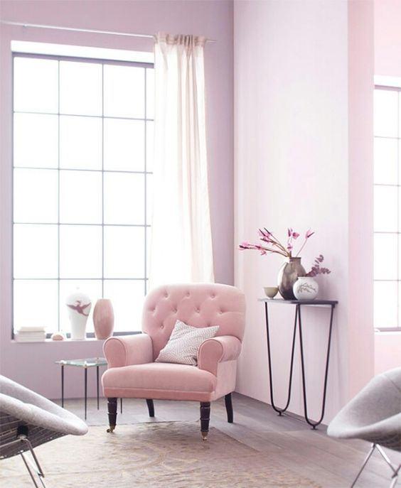 Sala com parede rosa suave e linda poltrona