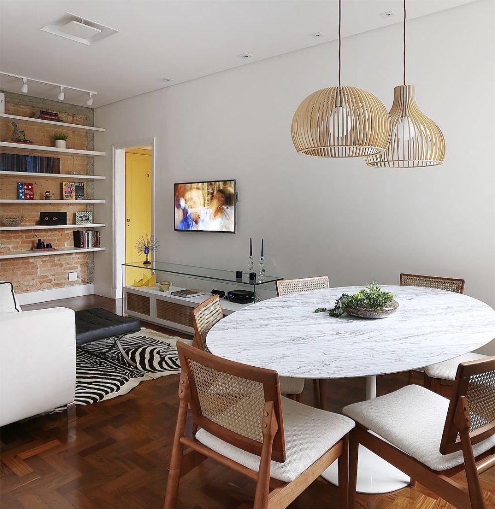 Quem disse que a mesa redonda não pode ter o seu espaço em uma sala pequena?