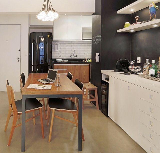 Organize um espaço de convivência integrado a cozinha.