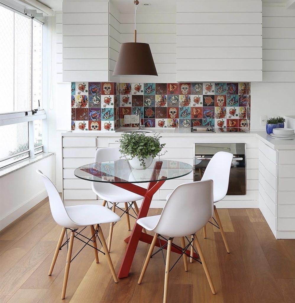 Para destacar a sala de jantar pequena: abuse de mobiliários com um design mais arrojado.