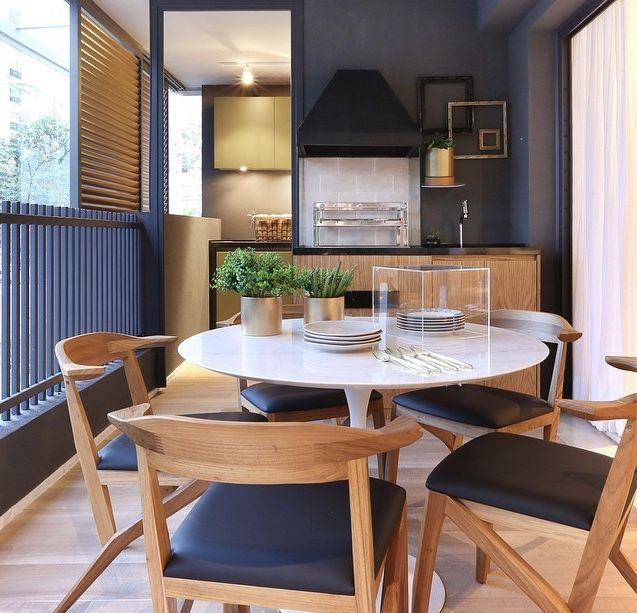Mesmo em varanda pequena é possível integrar uma sala de jantar moderna.
