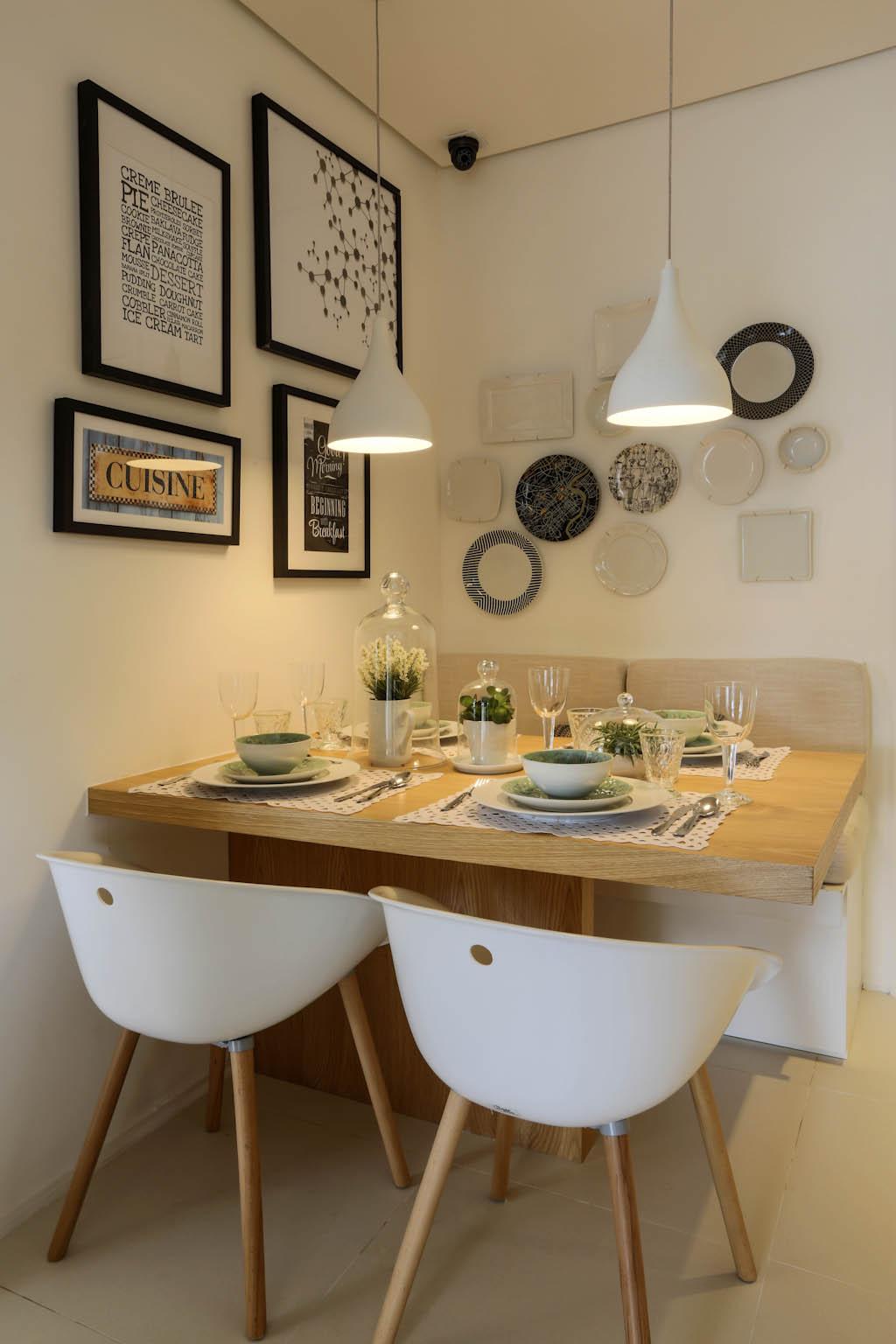 Uma dica é encostar a mesa na parede para ganhar mais espaço de circulação.