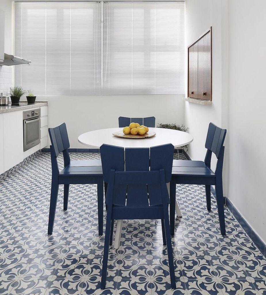 Monte a sala de jantar na cozinha.