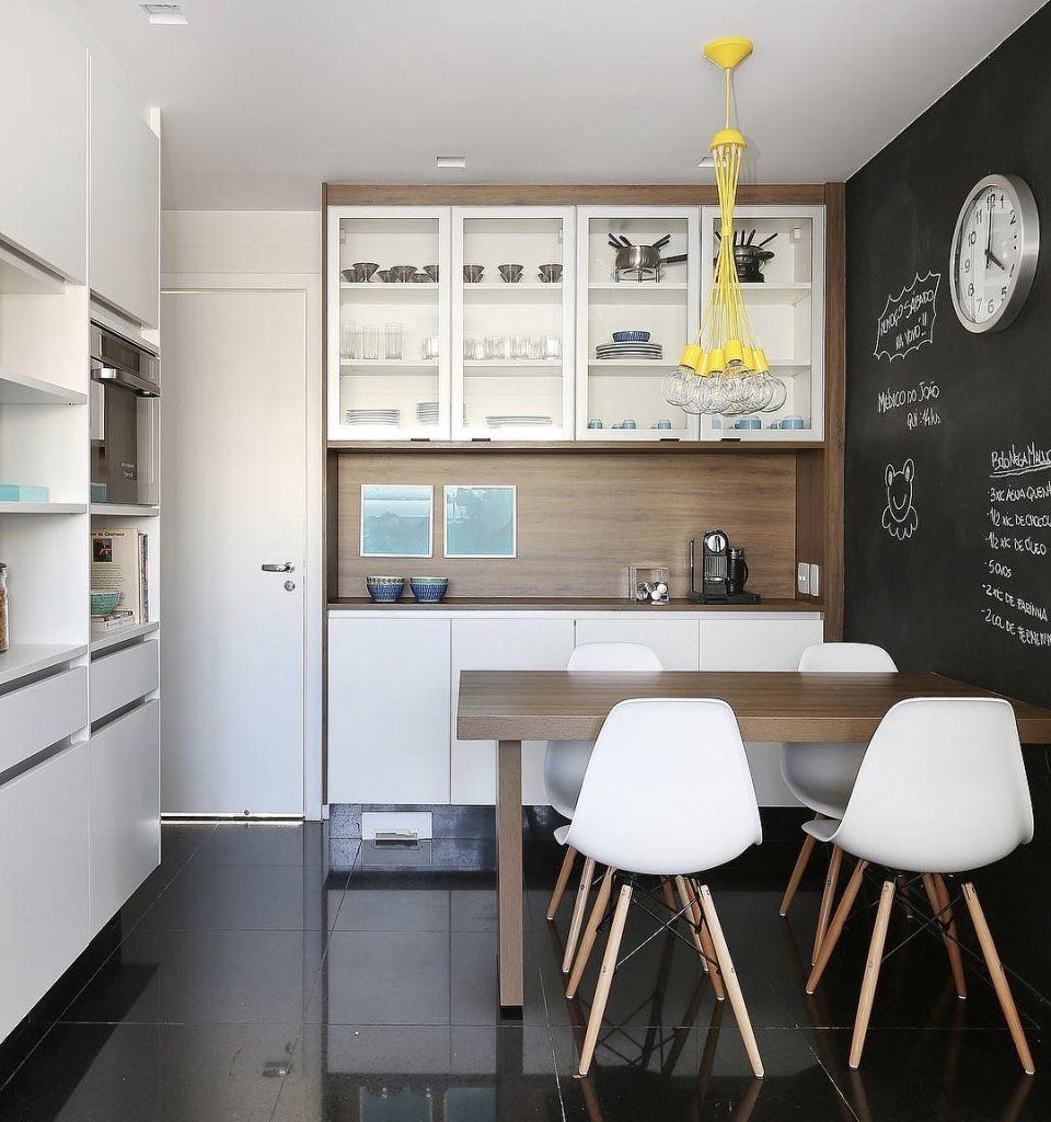 Se a sala de jantar for integrada na cozinha, abuse de uma decoração moderna por todo o ambiente.