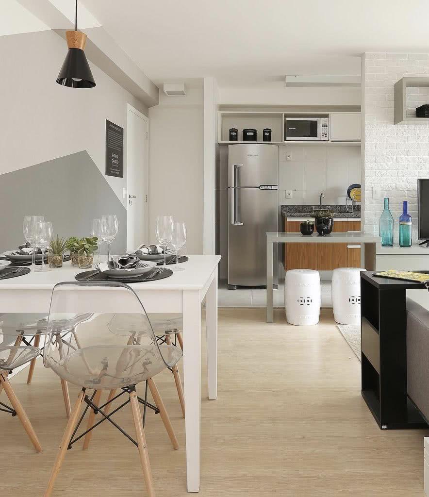 Ambientes pequenos pedem cores claras e materiais translúcidos.