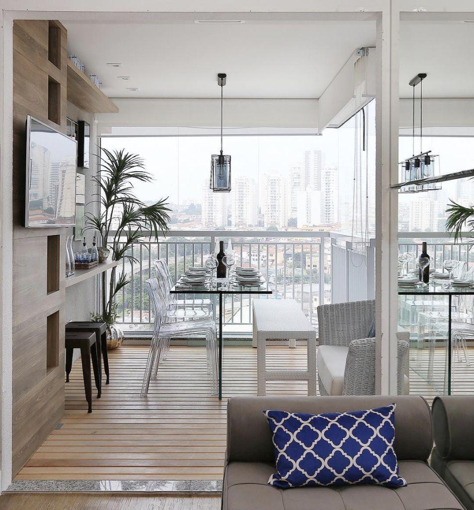 Aproveite a área da varanda para montar uma sala de jantar.