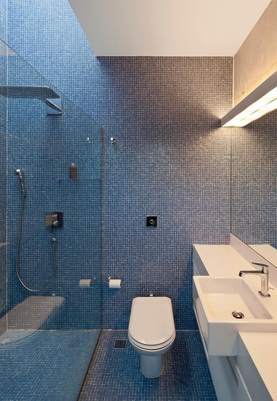 Banheiro inteiro revestido por pastilhas.