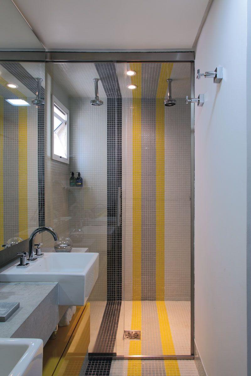 As faixas em cores diferentes levam um ar divertido para o visual do banheiro.