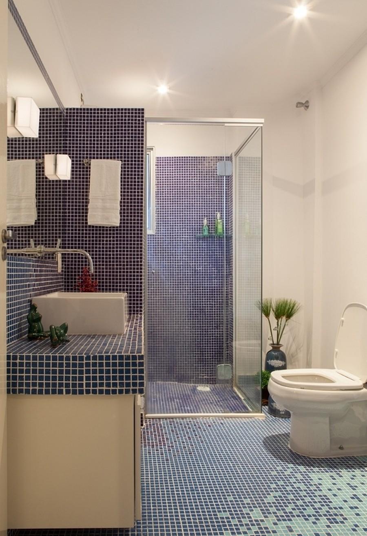 A paginação das pastilhas no piso criou um efeito lúdico para esse banheiro.