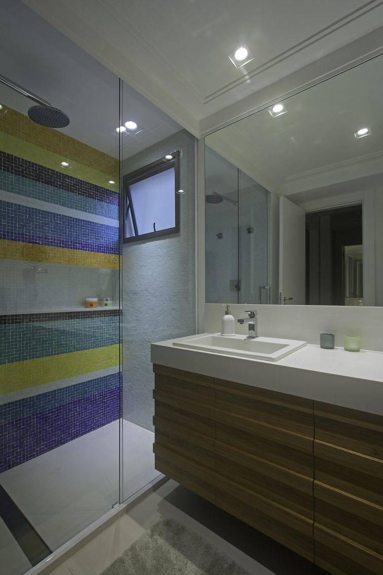 Banheiro com faixas pastilhadas.