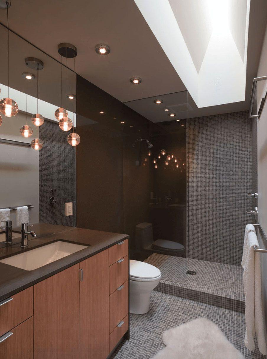 Banheiro com pastilhas em tons de cinza.