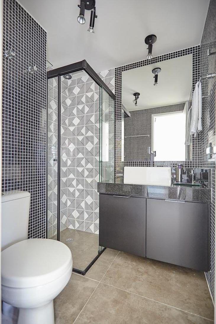 Banheiro com pastilhas pretas.