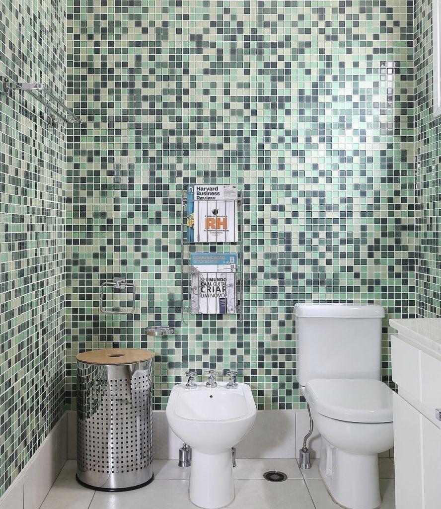 Banheiro com mix de pastilhas verde.