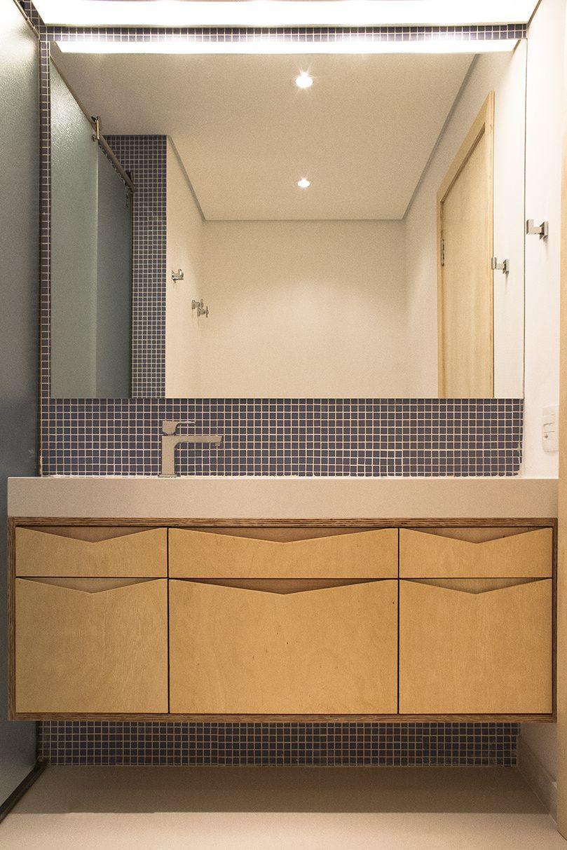 A pastilha destaca o local da bancada do banheiro.