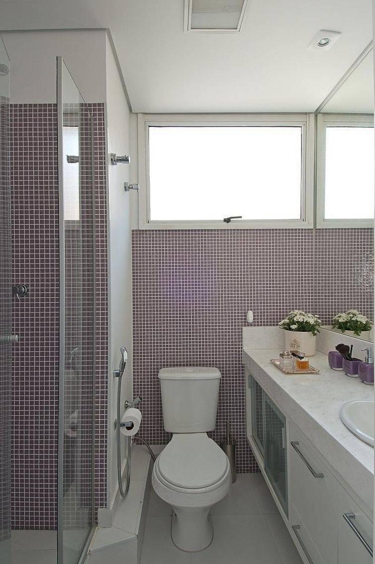 Banheiro com pastilhas lilás.