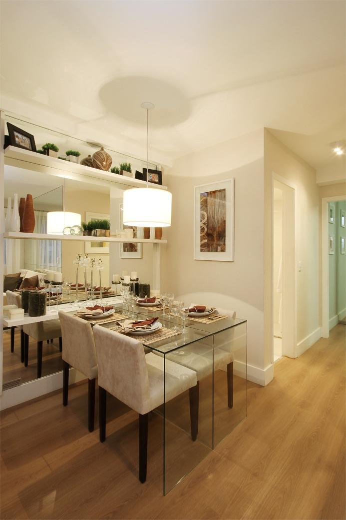 Decoracao Sala Pequena Com Espelho ~ Imagem 11 – Essa sala de jantar pequena foi delimitada por um tapete