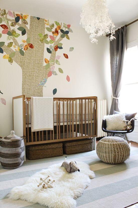 Neste quarto de bebê menino, o adesivo mudou toda a parede