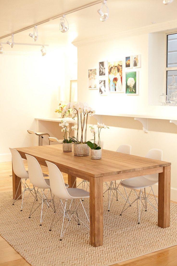 Essa sala de jantar pequena foi delimitada por um tapete quase da cor do piso.