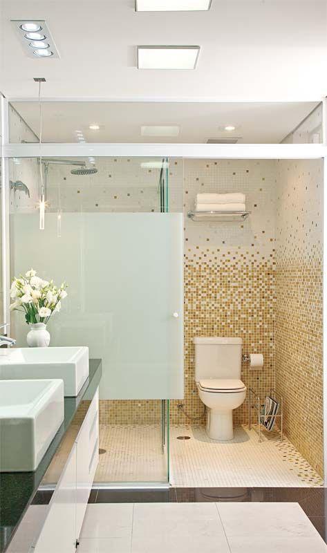 banheiro com faixa decorativas