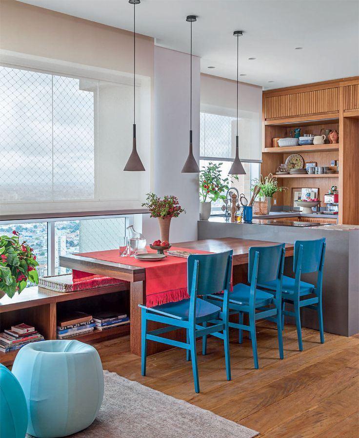 Posicionar a mesa anexada a bancada é uma ótima forma de otimizar o espaço.