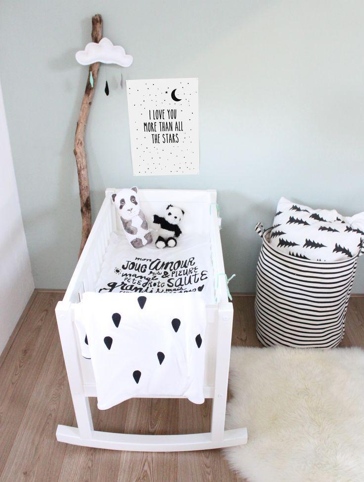 De forma minimalista o quarto utiliza poucos acessórios, mas que deixa com um resultado lindo!
