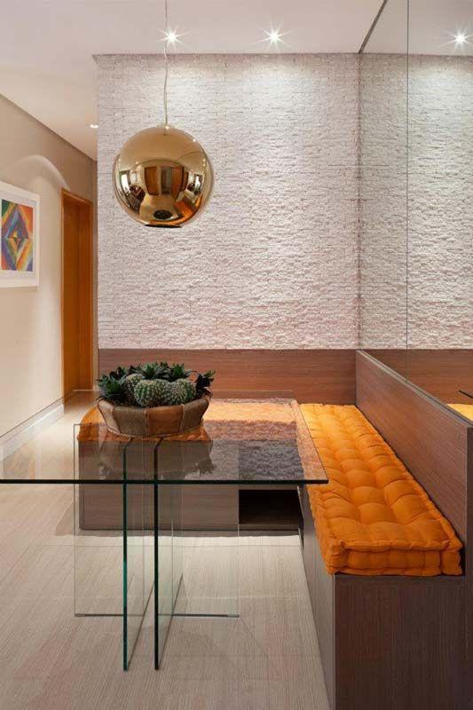 Almofadas coloridas trazem cor e alegria para essa sala de jantar pequena.