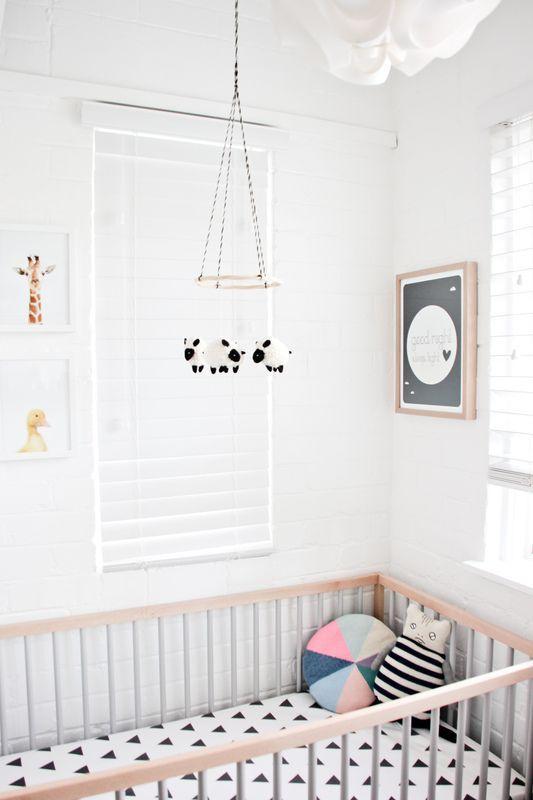 Acessório fofo colocado em cima do berço sempre decora também o quarto