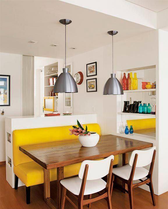 Uma sala de jantar pequena, mas muito bem resolvida.