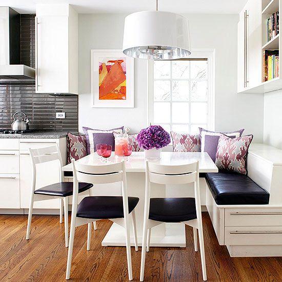 O uso de pendentes sobre a mesa e almofadas é sempre uma boa pedida.
