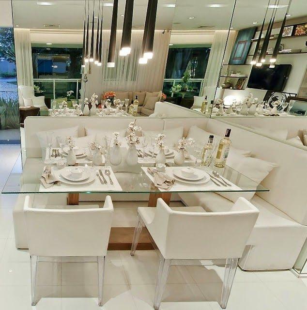 Essa composição de vidro, espelho e a cor branca fazem o trio perfeito para uma sala pequena.