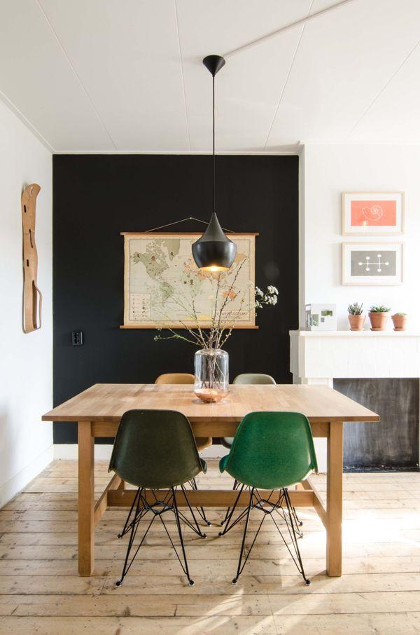 O legal de deixar a mesa no meio é que você pode inserir cadeiras nas laterais.