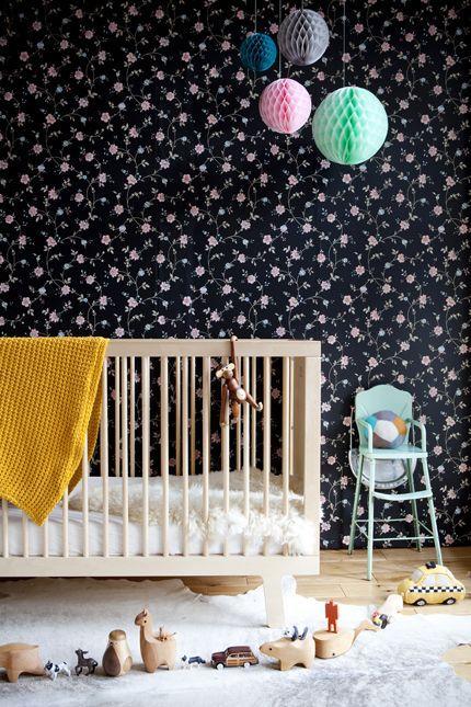 A escolha do papel de parede e os balões realçaram com o berço do quarto. Que tal investir em um décor assim?