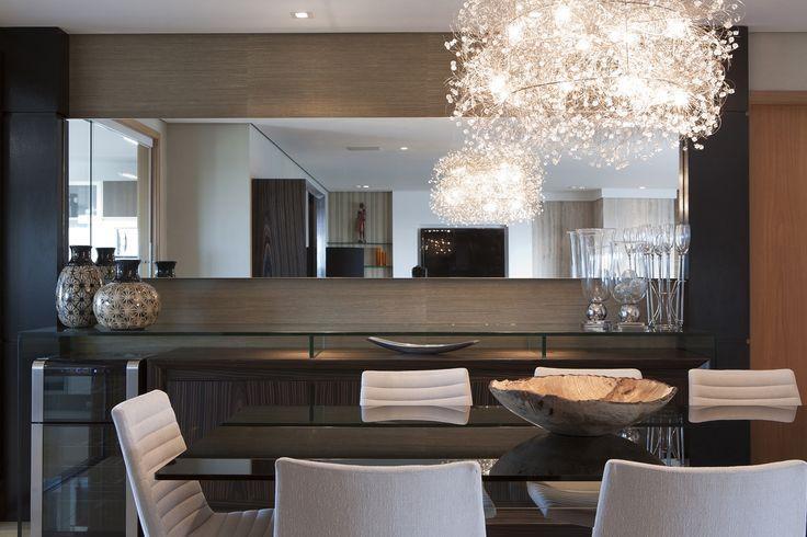 Diferenca De Copa E Sala De Jantar ~ Imagem 42 – O vidro suspenso deu leveza para o buffet com tonalidade