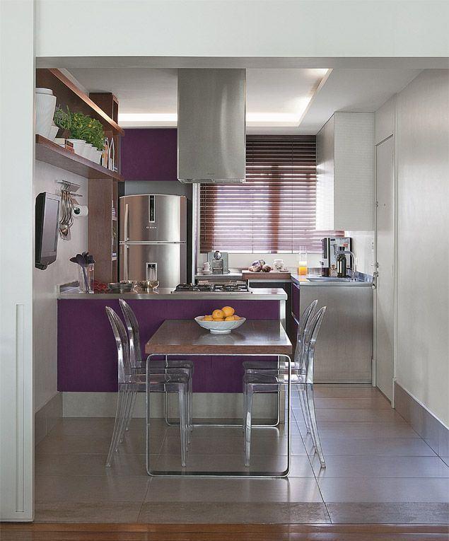 Um exemplo de cozinha integrada a sala de jantar.