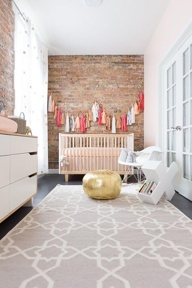 A parede de tijolinho deu espaço para dar um ar divertido para o quarto