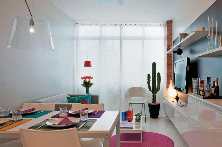 A posição da mesa sempre interfere na circulação: veja qual a melhor posição na sua sala.