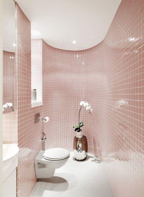 banheiro decorado com faixa de pastilhas