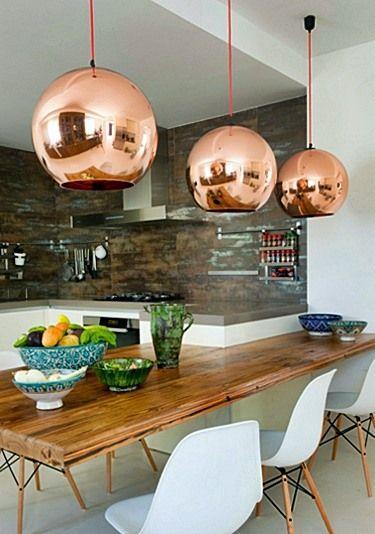 Uma sala de jantar jovial com a cartela de cores corretas.
