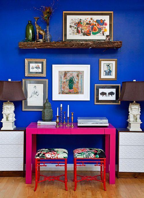 Azul royal, rosa choque e o vermelho: todos juntos fazendo uma composição para uma sala de estar