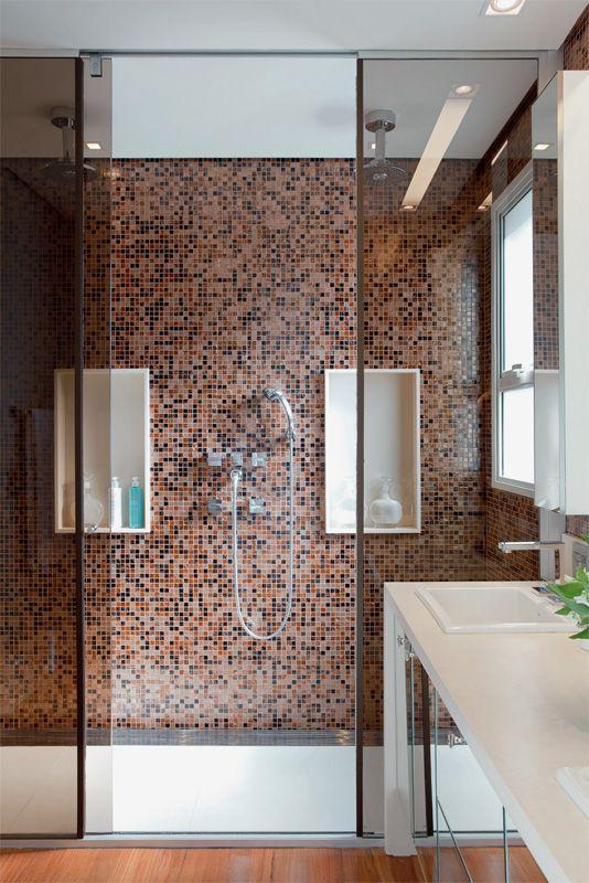 50 Banheiros Decorados com Pastilhas (melhores fotos!) -> Banheiro Com Pastilha De Vidro Espelhada