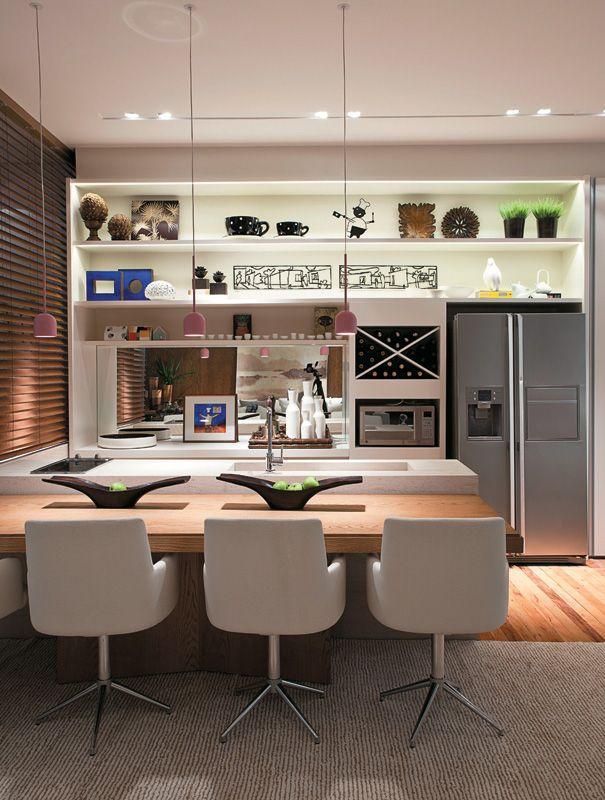 A bancada baixa para a cozinha foi uma boa solução para montar uma sala de jantar.
