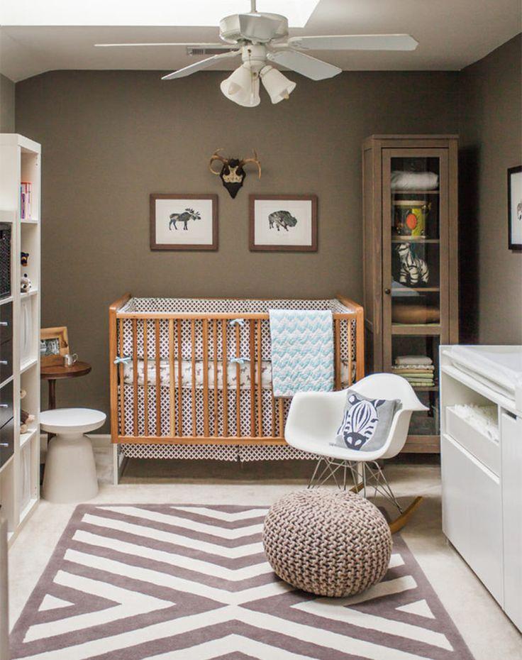A cor sóbria da parede se equilibrou com o branco dos móveis