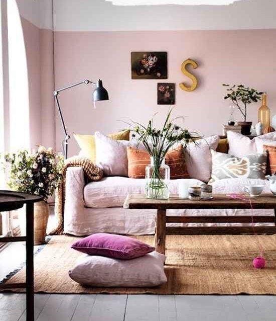 O rosa suave na sala deixa o estilo romântico e aconchegante