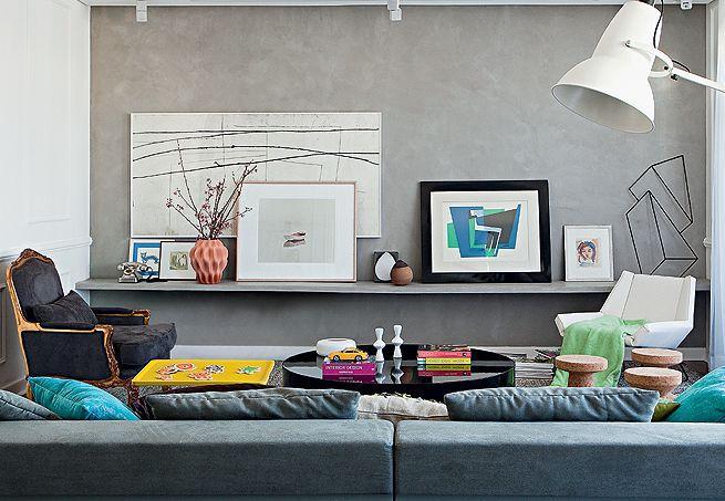 Sala De Estar Na Cor Cinza ~ Imagem 8 – Faça um mix de quadros e objetos que demonstrem sua