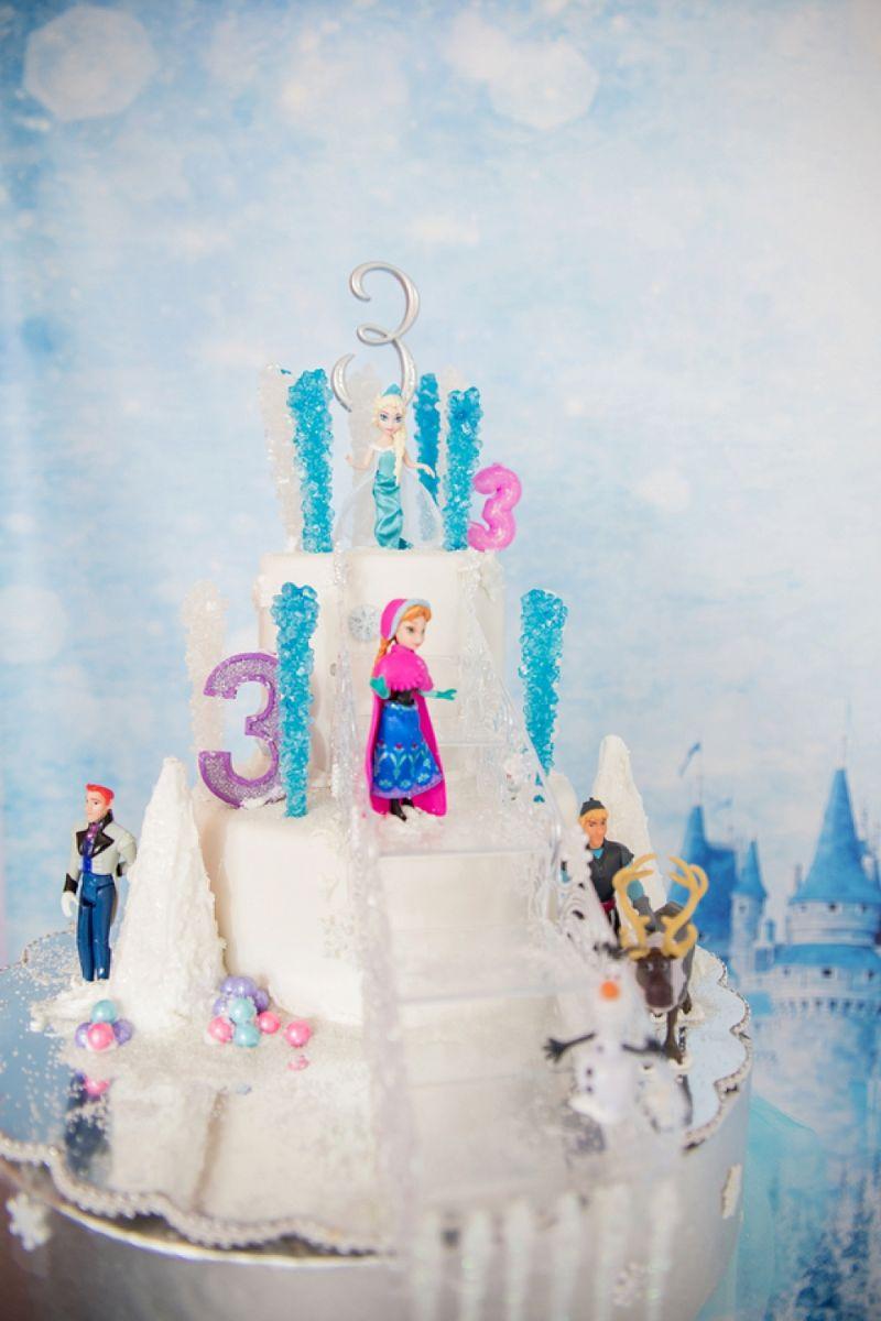 Reúna os principais personagens e dê o destaque merecido no bolo!