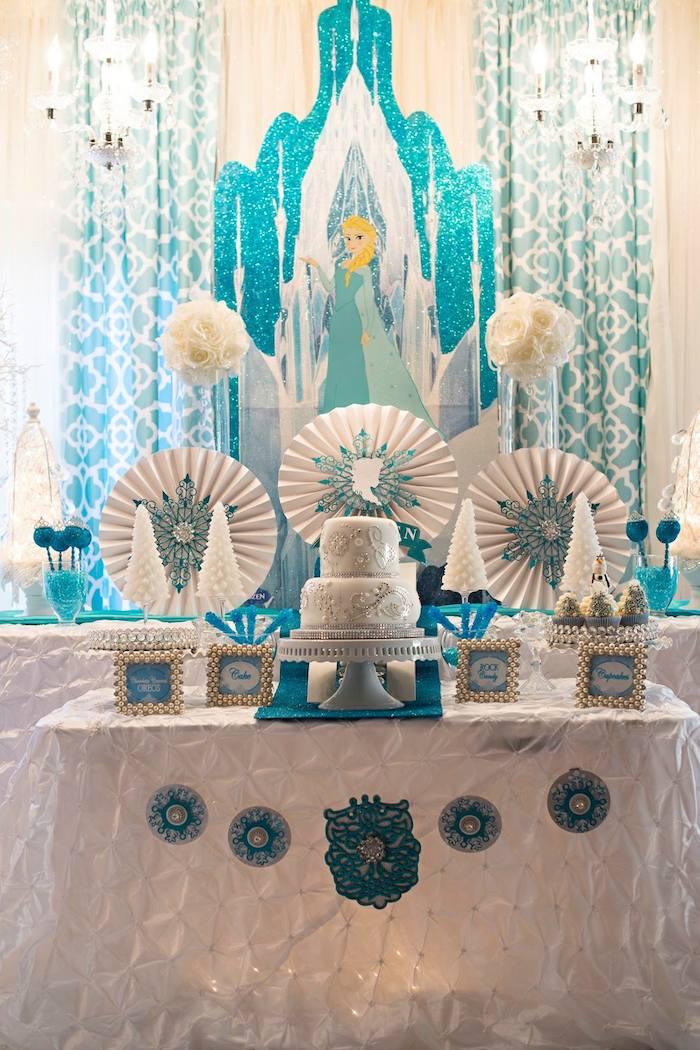 A cartela de cores da Elsa, a rainha da neve, é azul e off white.