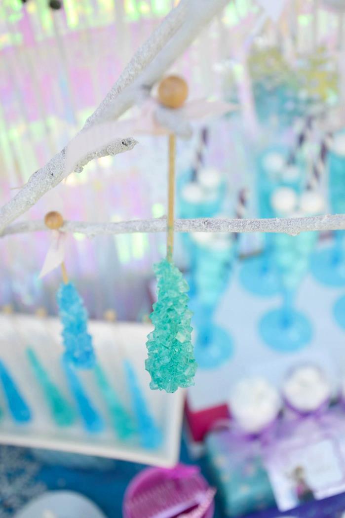 Pendure pirulitos com cristais de açúcar para dar mais ênfase à temperatura glacial.