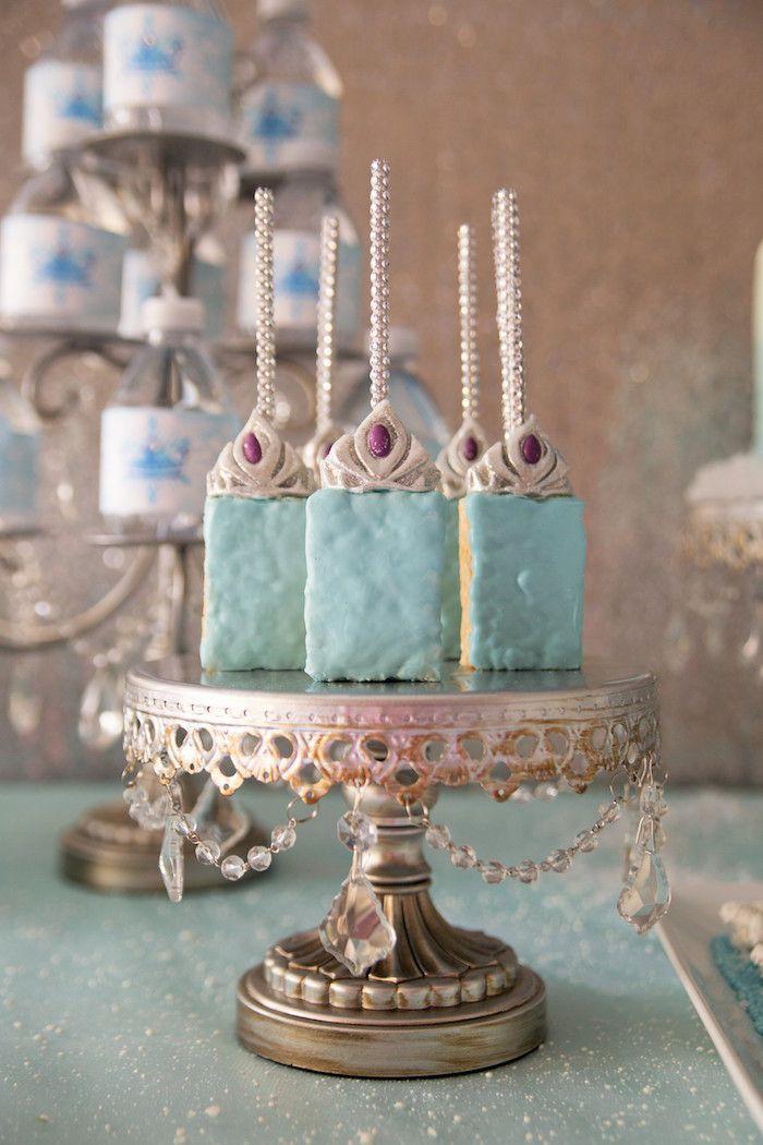 Cake pops ajudam a compor a décor da mesa de doces.
