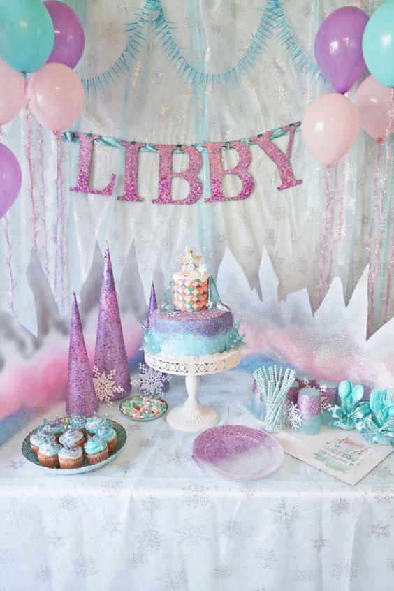 Roxo e rosa são sempre bem-vindos em aniversários de meninas.