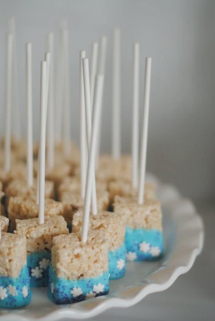 Barras de cereais confeitados no palito.